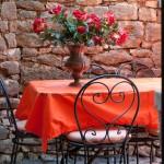 Terrasse mit schmiedeeisernen Möbeln