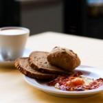 Frühstück mit frischem Brot