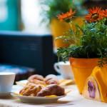 Frühstück mit Croissant und Cappuccino