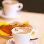 Frühstück mit heißen Getränken und Gebäck