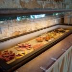 Internationales Frühstück mit Salami, Schinken und Käse