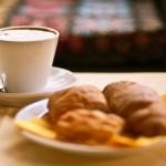 Colazione all'italiana con brioche e cappuccino
