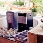 Colazione con caffé espresso, cappuccino, cioccolata e succhi di frutta